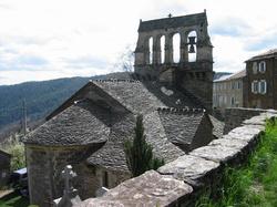 """L'église de St Jean de Pourcharesse -- <p> Ici, on l&#39;appelle l&#39;&eacute;glise aux trois sans cloches... Ce n&#39;est pas exag&eacute;r&eacute;, non? D&#39;apr&egrave;s la <a href=""""Société de Sauvegarde des Monuments anciens de l'Ardèche"""" target=""""_blank"""">Soci&eacute;t&eacute; de Sauvegarde des Monuments anciens de l&#39;Ard&egrave;che</a> L&#39;&eacute;glise Saint-Jean-de-Pourcharesse d&eacute;pendait des seigneurs de Ch&acirc;teauneuf de Randon, en G&eacute;vaudan, jusqu&#39;en 1255, date d&#39;un partage de leurs possessions dans le mandement et t&egrave;nement du &quot;Castrum Parisii&quot; (c&#39;est-&agrave;-dire l&#39;actuel &quot;Petit Paris&quot;) par lequel les paroisses de Faug&egrave;res, Payzac, Thines et Pourcharesse &eacute;churent au seigneur de Joyeuse.</p>"""
